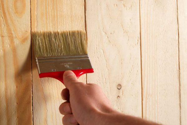 Tout savoir sur les produits d'entretien pour une porte en bois